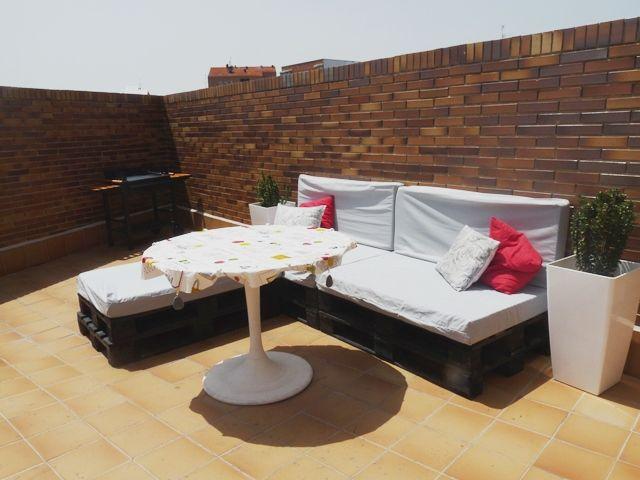 Una terraza con palets y cajas de frutas x4duros - Terraza con palets ...