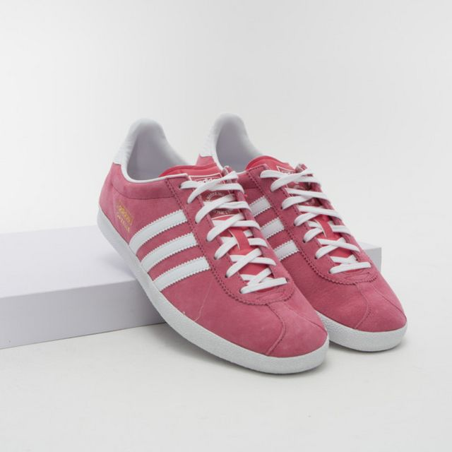 newest cbc7d f1915 Las Adidas Gazelle se lanzó como un modelo de entrenamiento en 1968 y hasta  hoy es una de las zapatillas más famosas y demandadas en el mundo de la moda .