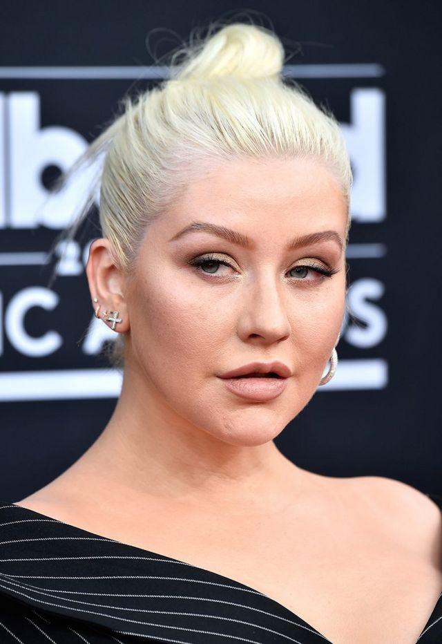 Ashlee Simpson apostou em uma versão mais power, que faz até o shape de um  gatinho, enquanto Christina Aguilera foi pelo oposto, com um make em geral  mais ... a8cf5d0de1