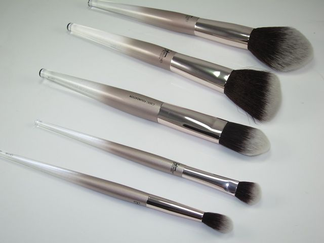 21d18bc66bc1 First off this contains five brushes and a makeup bag just like the All  That Glitters Set but there s a  10 difference between the two sets.