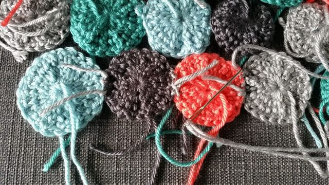 Bright Creations 200-Pack 0.4 Inch Soft Stitch Ring Markers for Knitting Red and Clear Crochet