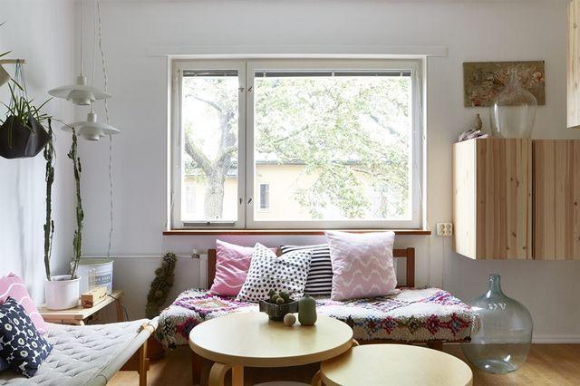 Surtout avec ce chouette mélange de mobilier signé alvar aalto des suspensions paul kjaerholm des objets ikea et une jolie collection de céramiques