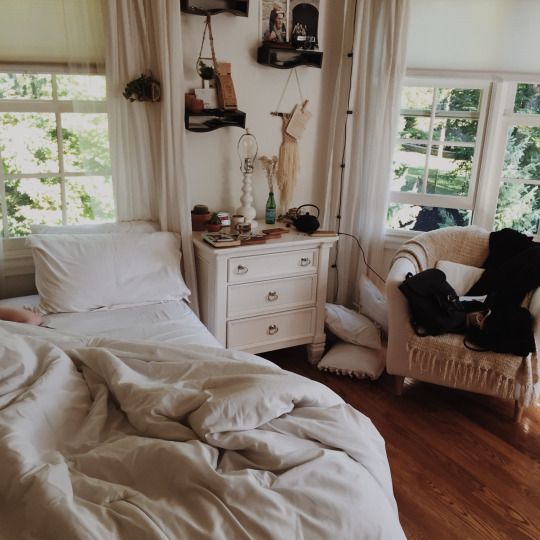 Cozy white warm bohemian bedrooms from moon to for Chambre urban outfitters