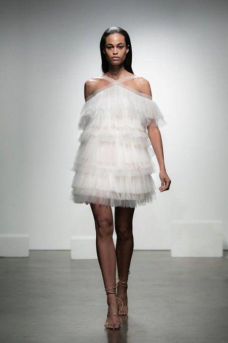0bfb6e11f El tul está de moda y qué mejor ocasión que el día de tu boda para lucir un  mini-vestido con capas y capas de tul. Un romántico diseño de escote halter  de ...
