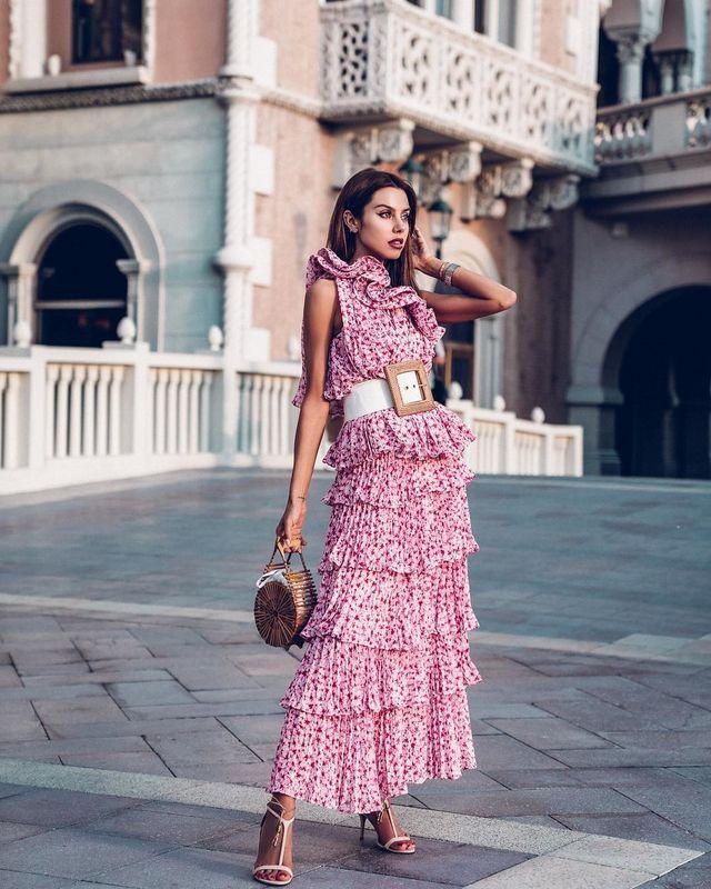 b40f7cc76 Es la manera más fácil de vestirse en verano  basta un bonito vestido largo  estampado y ya tienes el look. Puedes añadir un cinturón