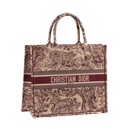 8371376a1f298 Dior Book Tote  el maxi bolso de Dior que arrasa entre celebrities e ...