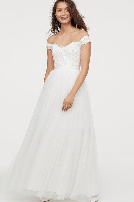 5d2c1831 Vestido de novia de cuerpo de encaje con hombros caídos y falda de tul, de  favorecedor escote en pico al aire en la espalda. Un modelo romántico cuyo  precio ...