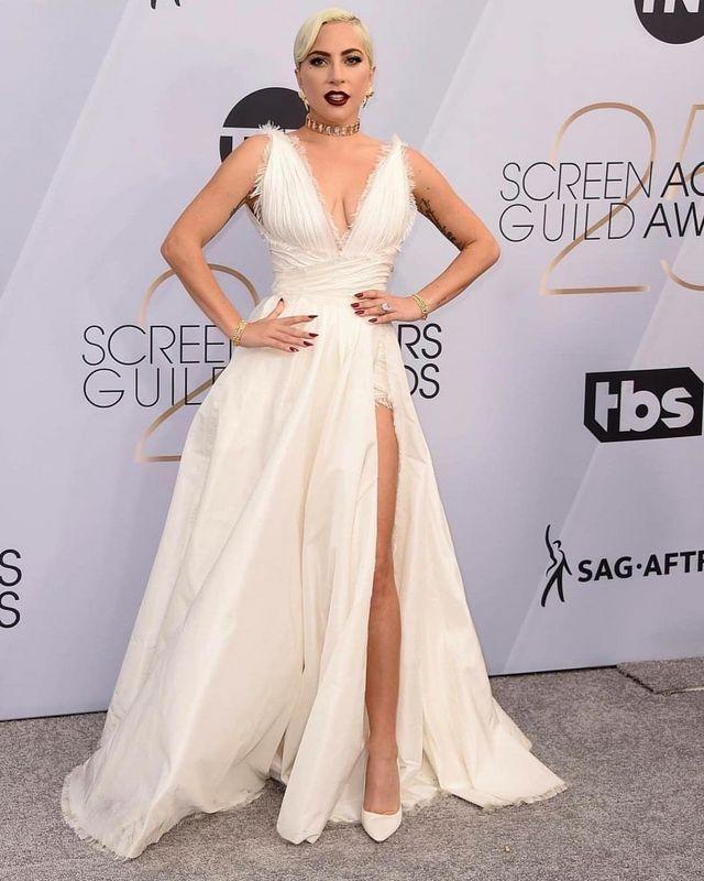 63042f1d3 Blanca y radiante llegó Lady Gaga en los SAG Awards 2019 ...