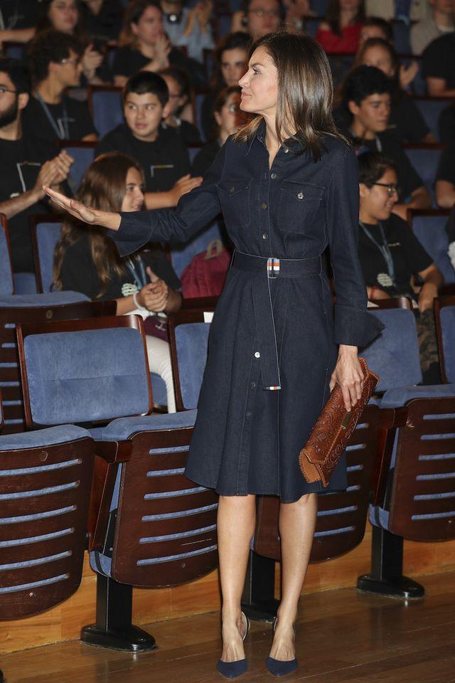 4df8d1613 En esta ocasión Doña Letizia ha elegido un vestido camillero de tejido  vaquero oscuro de la firma Hugo Boss