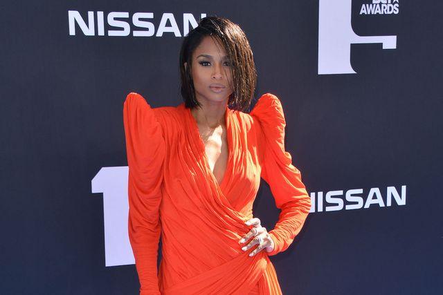 844643d5cc17 Ciara nos deja sin palabras con este vestidazo de color naranja neon ...