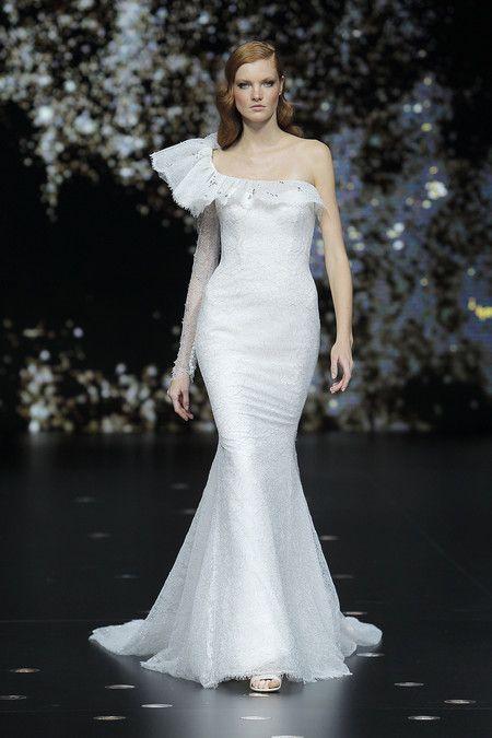 184d708d9 Desfile de Pronovias 2020  vestidos de novia para todos los cuerpos ...