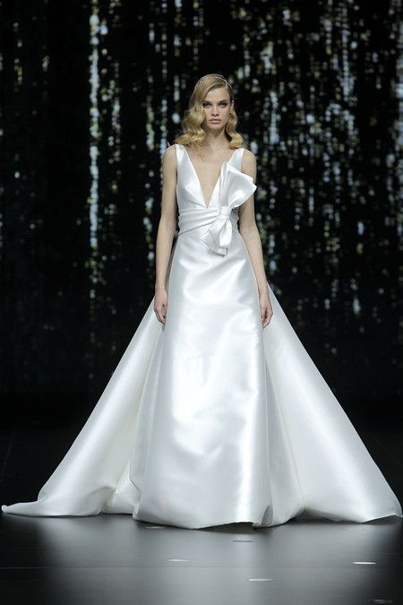 adaa8b971 Desfile de Pronovias 2020  vestidos de novia para todos los cuerpos ...