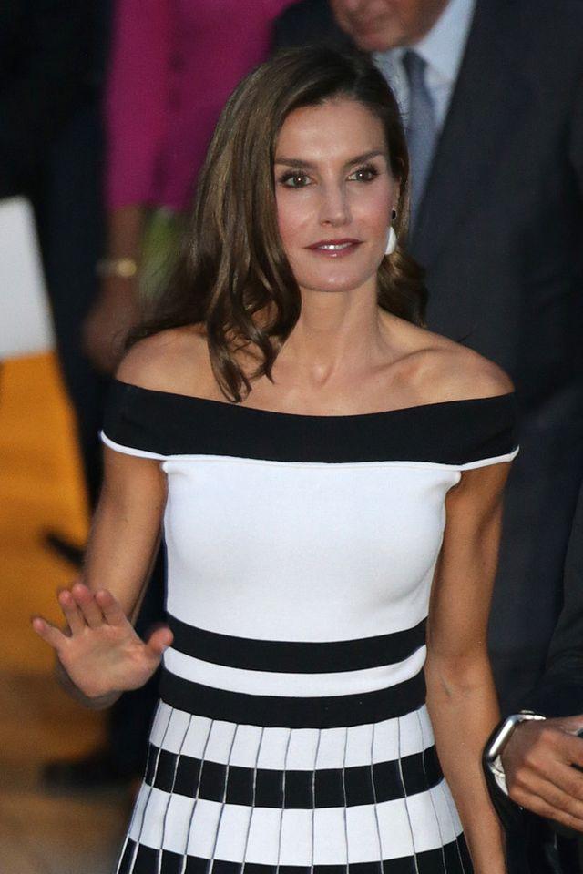 0e0819217a3d Doña Letizia Ortiz se despide del verano con un vestido de escote ...