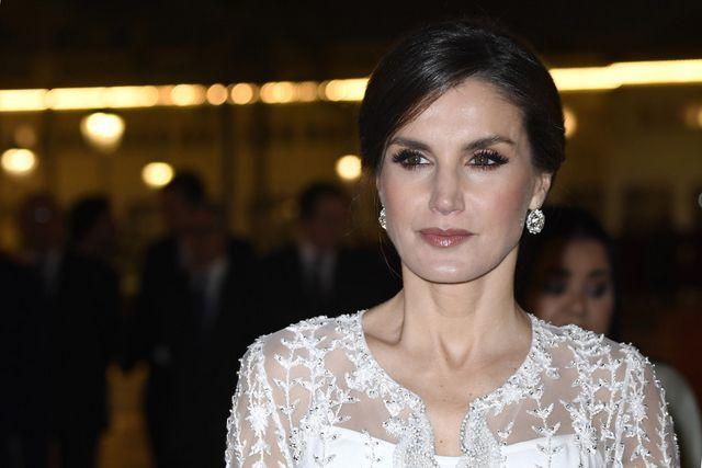 51abb8e46a Doña Letizia deslumbra en Marruecos en la cena de gala con un impresionante vestido  blanco de estreno