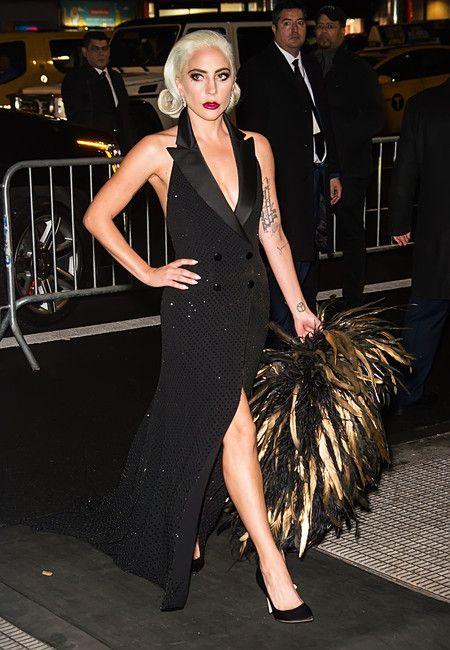 67154bc4e2 En esta ocasión Lady Gaga se ha decantado por un precioso vestido con cola  de estilo esmoquin